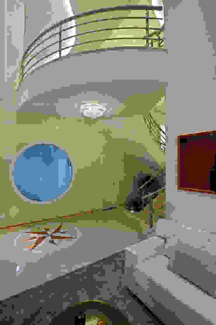 Casa Porto Seguro Corredores, halls e escadas modernos por Arquiteto Aquiles Nícolas Kílaris Moderno