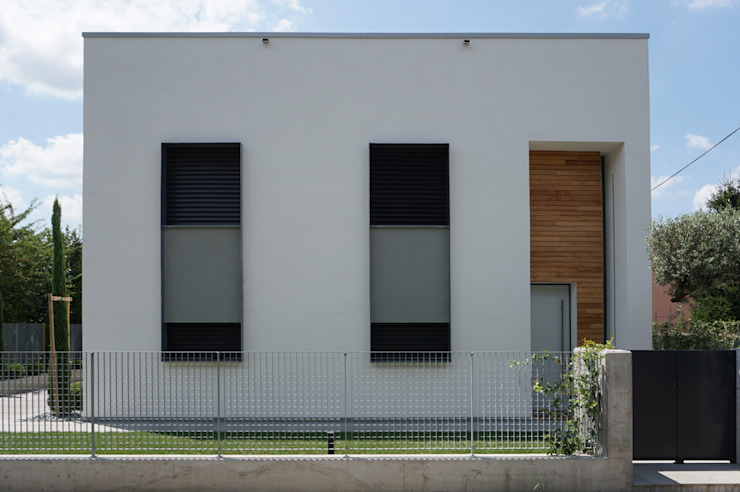Fronte ingresso Case in stile minimalista di Plus Concept Studio Minimalista