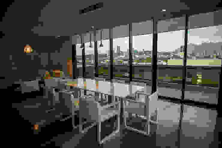 The WHITE ROOM Edificios de oficinas de estilo moderno de NEST Moderno