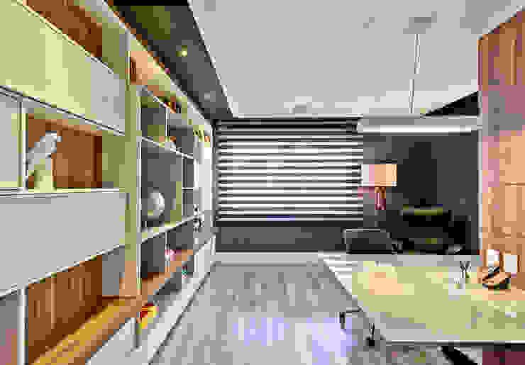 Moderne Arbeitszimmer von Espaço do Traço arquitetura Modern