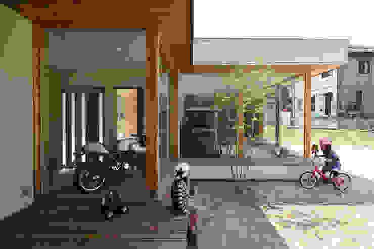 Garajes y galpones de estilo  por (株)ZAG空間設計舎, Moderno