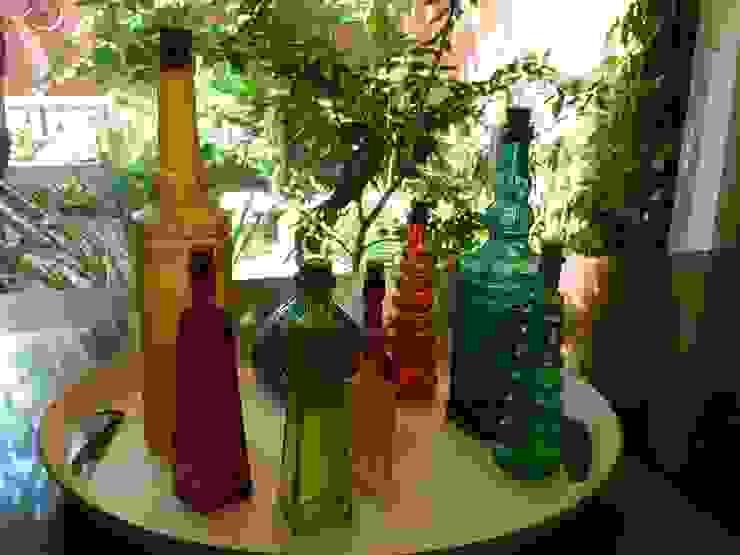 Produção - coleção de garrafas coloridas da proprietária por E|F DESIGN.INTERIORES.PAISAGISMO Minimalista