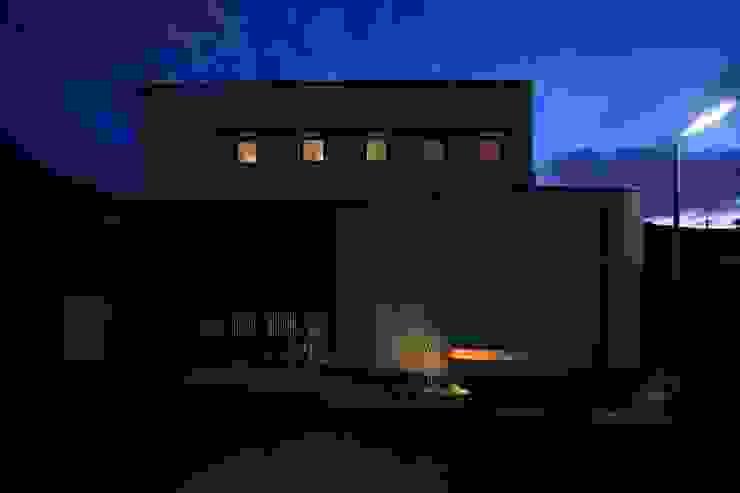 北側夕景 モダンな 家 の MA設計室 モダン