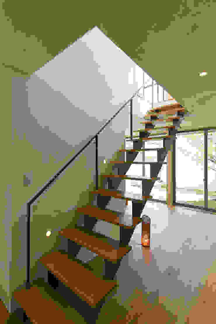 眺めのいい窓 階段: アーキシップス古前建築設計事務所が手掛けた現代のです。,モダン