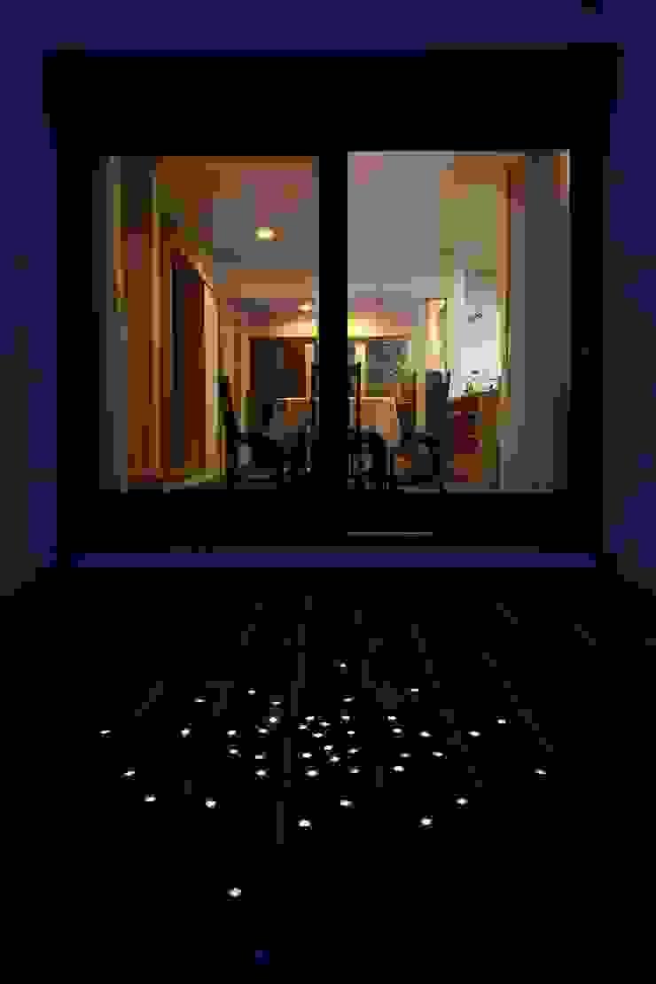 中庭からの夕景 オリジナルな 家 の MA設計室 オリジナル
