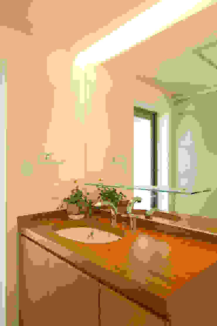 眺めのいい窓 洗面室 モダンスタイルの お風呂 の アーキシップス古前建築設計事務所 モダン