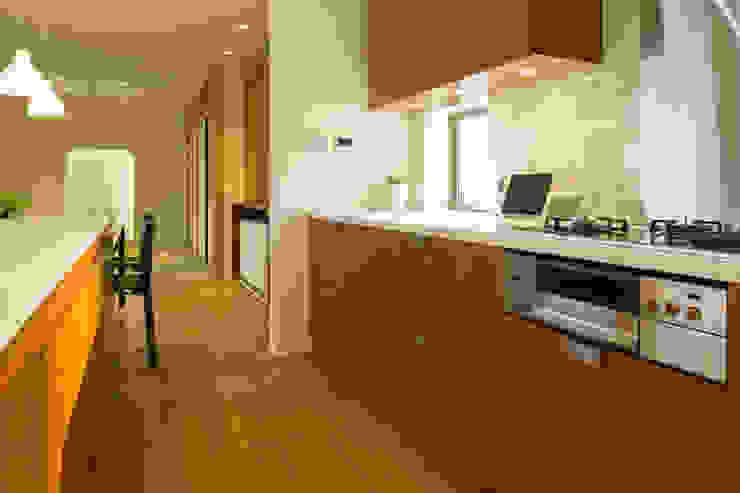 眺めのいい窓 キッチンカウンター モダンな キッチン の アーキシップス古前建築設計事務所 モダン