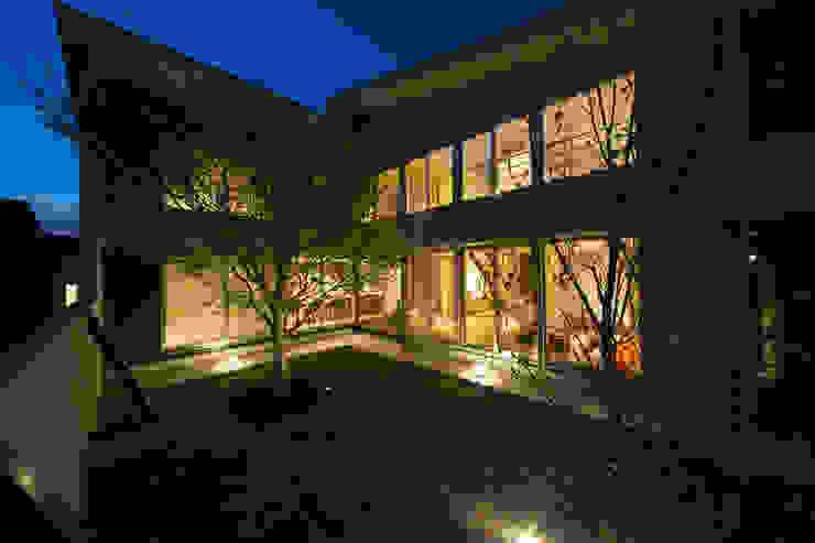 眺めのいい窓 中庭夜景 モダンな庭 の アーキシップス古前建築設計事務所 モダン
