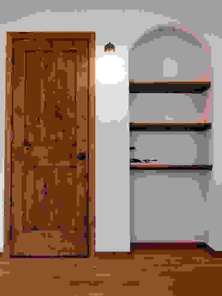 リビングルーム・収納ドア.*: 株式会社 盛匠が手掛けた折衷的なです。,オリジナル