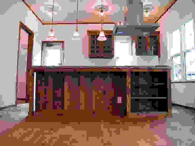 カウンターに椅子を並べて.* オリジナルデザインの キッチン の 株式会社 盛匠 オリジナル
