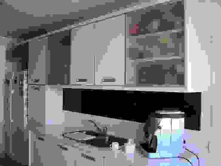 Piso en Retiro Cocinas modernas: Ideas, imágenes y decoración de GUTMAN+LEHRER ARQUITECTAS Moderno