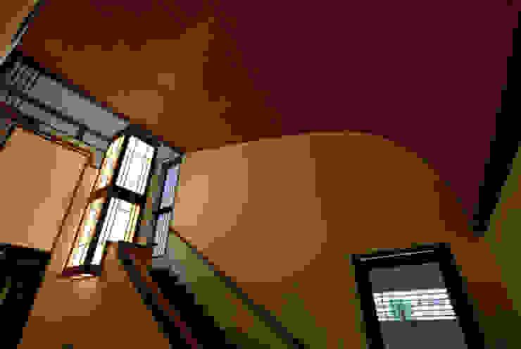 階段ホール: H2O設計室 ( H2O Architectural design office )が手掛けた廊下 & 玄関です。