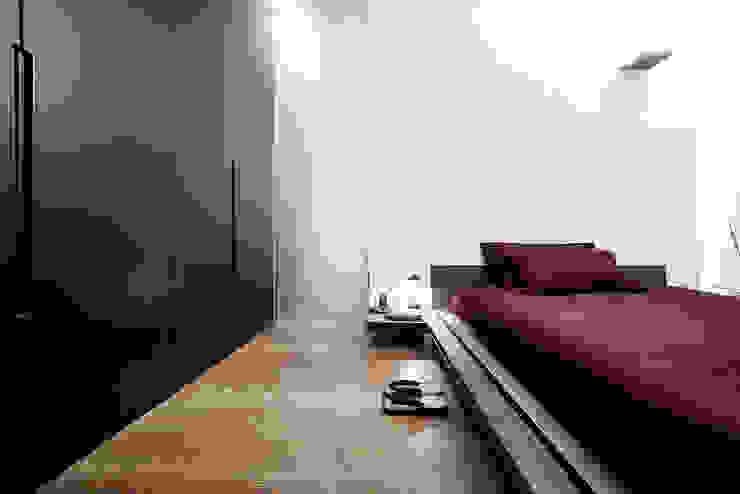 Dormitorios minimalistas de 23bassi studio di architettura Minimalista