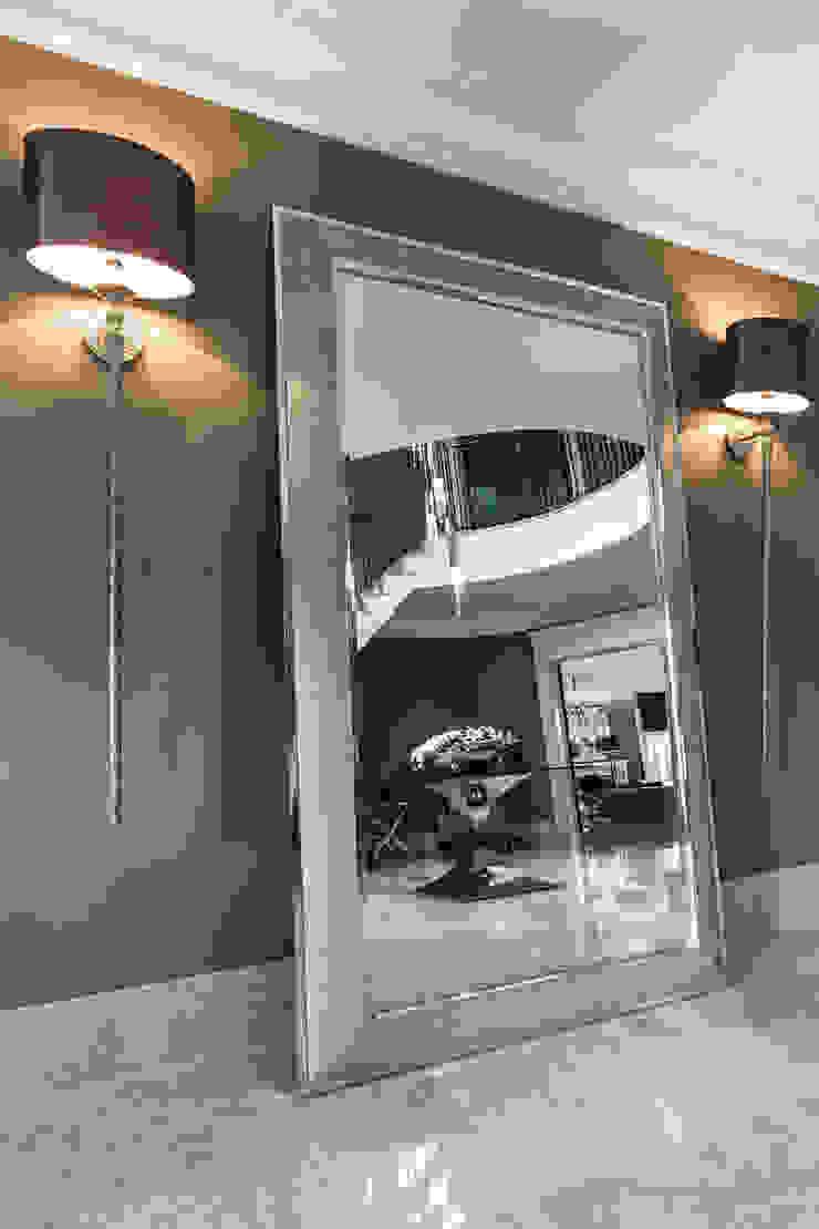 Hallway with Mirror Pasillos, vestíbulos y escaleras de estilo clásico de Luke Cartledge Photography Clásico
