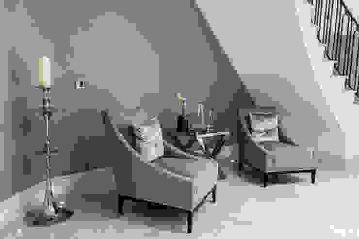 Hallway Mirror Pasillos, vestíbulos y escaleras de estilo clásico de Luke Cartledge Photography Clásico