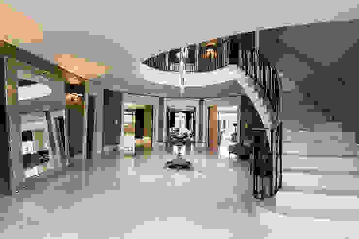 Hallway Pasillos, vestíbulos y escaleras de estilo clásico de Luke Cartledge Photography Clásico