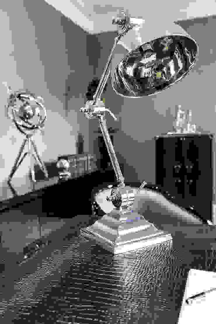 Study with Desk Lamp Oficinas de estilo clásico de Luke Cartledge Photography Clásico