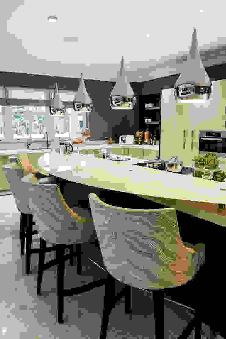 Kitchen with Breakfast Bar Cocinas de estilo clásico de Luke Cartledge Photography Clásico