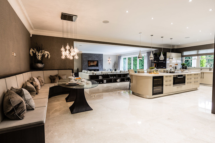 Open-Plan Kitchen, Dining Room and Media Room Luke Cartledge Photography Cucina in stile classico
