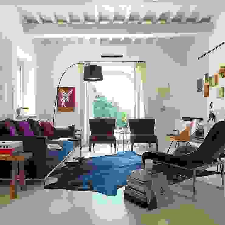 Salas de estar minimalistas por CASABELLA Minimalista