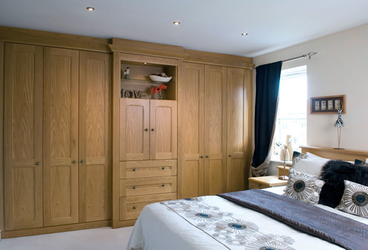 Claverley Fitted Bedroom Furniture di Chase Furniture Classico