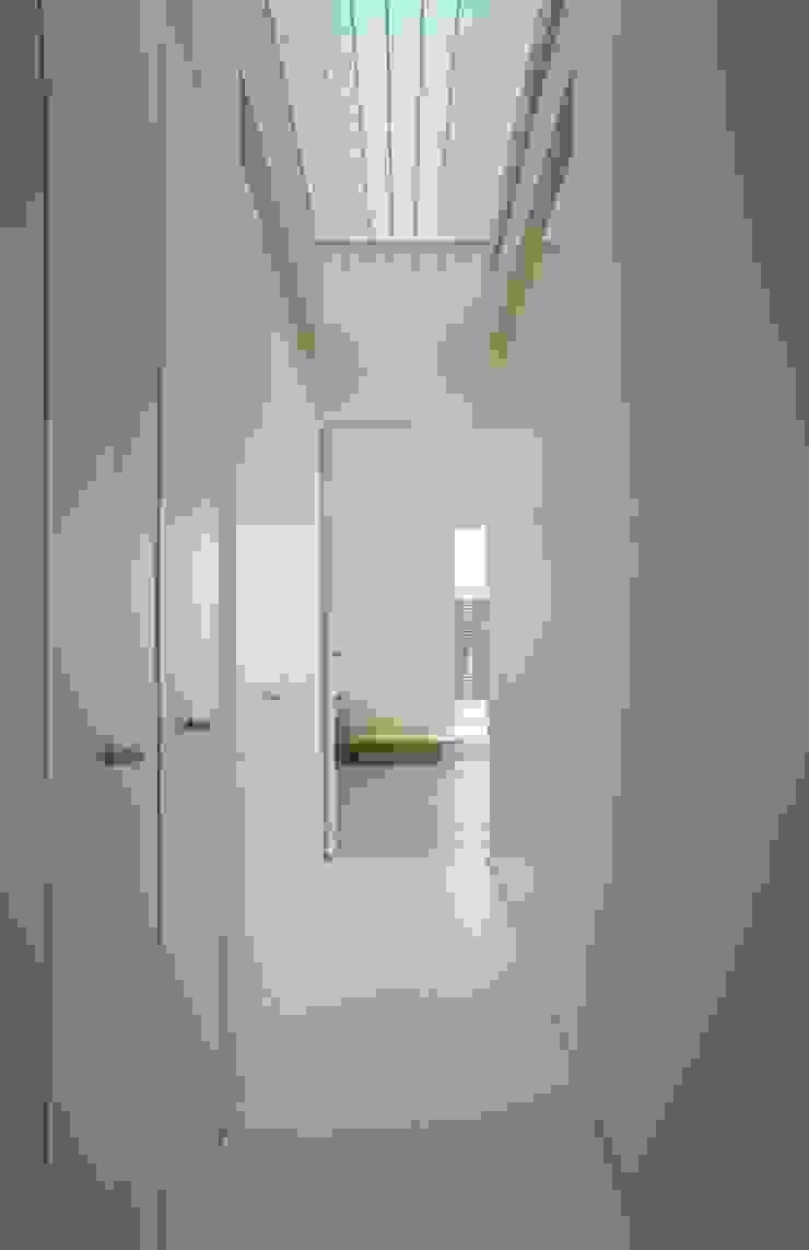 Pasillos, vestíbulos y escaleras modernos de 株式会社FAR EAST [ファーイースト] Moderno