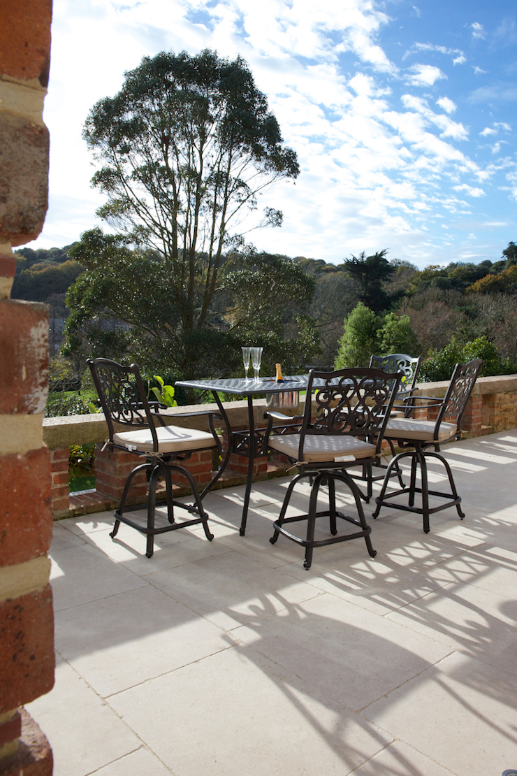 Wychwood Limestone terrace in a tumbled and etched finish. Artisans of Devizes Balcon, Veranda & Terrasse classiques