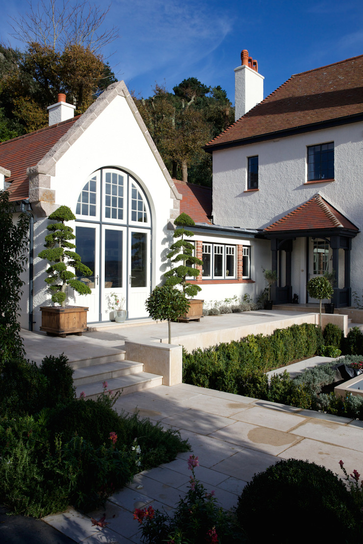 Wychwood Limestone path and terrace in a tumbled and etched finish. Artisans of Devizes Classic style balcony, veranda & terrace