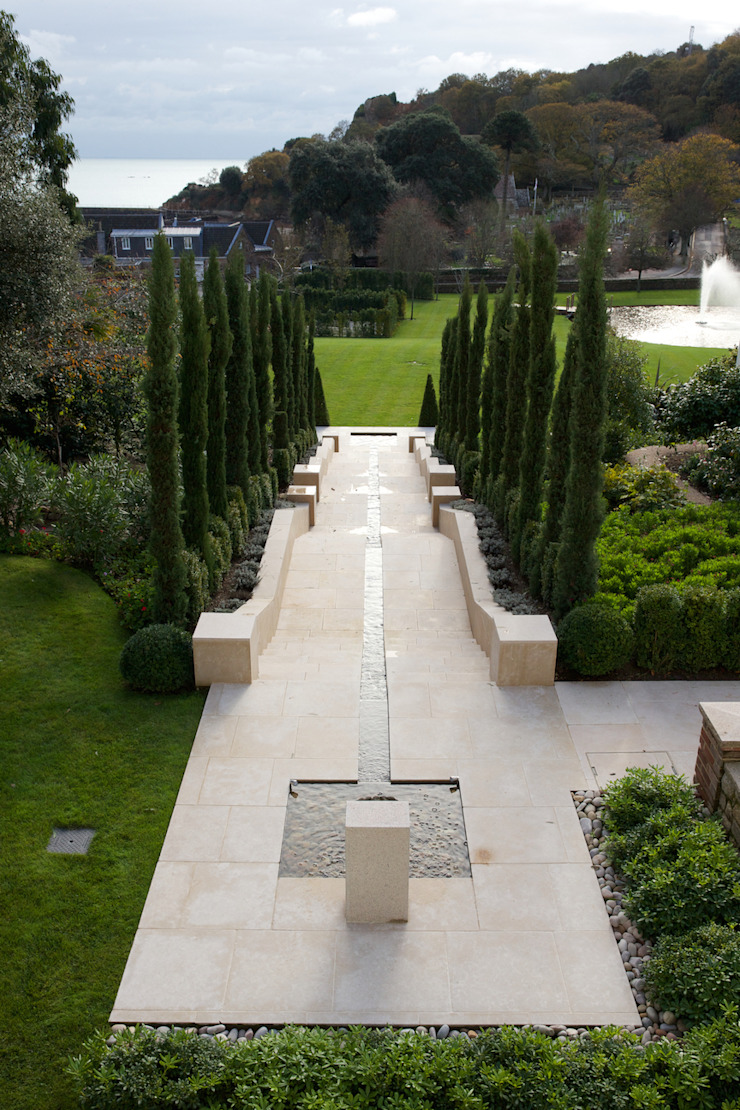 Wychwood Limestone bespoke feature in a tumbled and etched finish. Artisans of Devizes Jardin classique