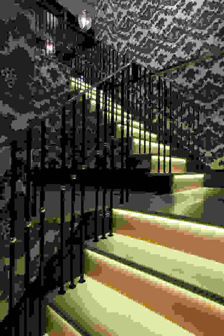 Bespoke limestone-clad stair treads and risers. Artisans of Devizes Couloir, entrée, escaliers classiques