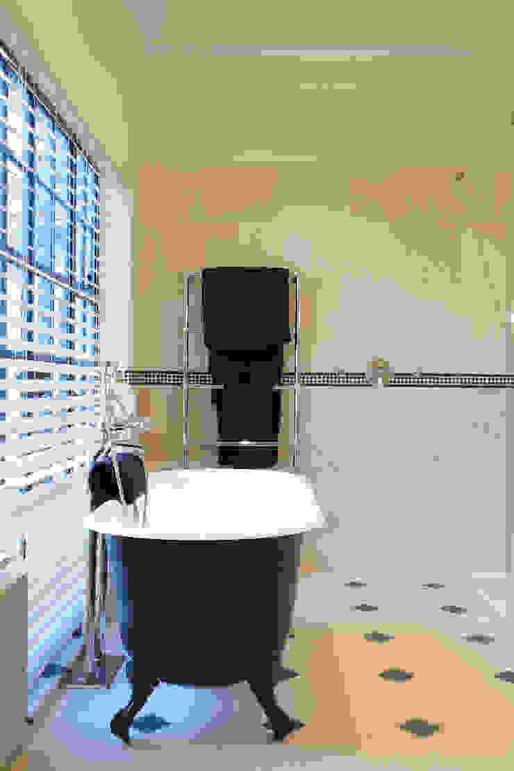 Limestone floor and wall tiles Artisans of Devizes Salle de bain classique