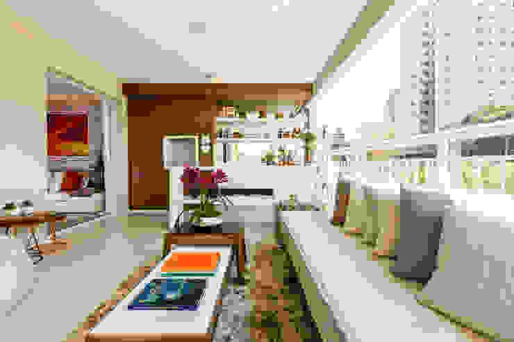 CYRELA_Varanda Tatuapé 102m²: Terraços  por Chris Silveira & Arquitetos Associados