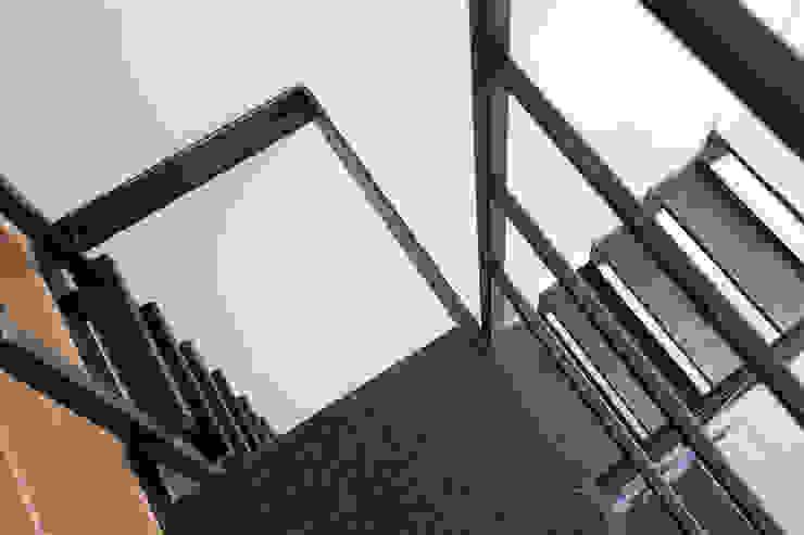 Pasillos, vestíbulos y escaleras modernos de Jacek Tryc-wnętrza Moderno