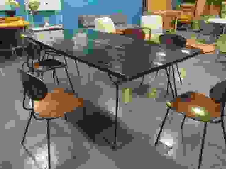 Mesa negra con base de acero negra de trouvé Moderno