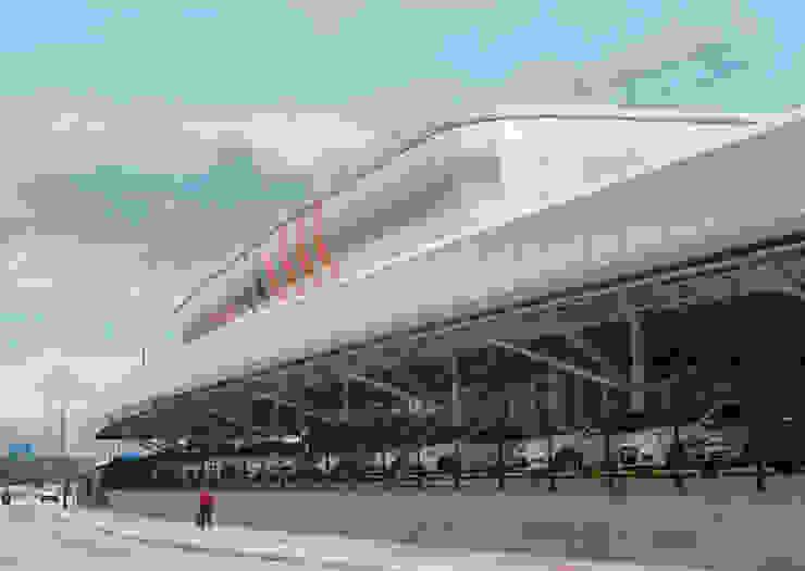 Vista parcial do estacionamento superior coberto e acesso principal. Lojas & Imóveis comerciais modernos por Douglas Piccolo Arquitetura e Planejamento Visual LTDA. Moderno