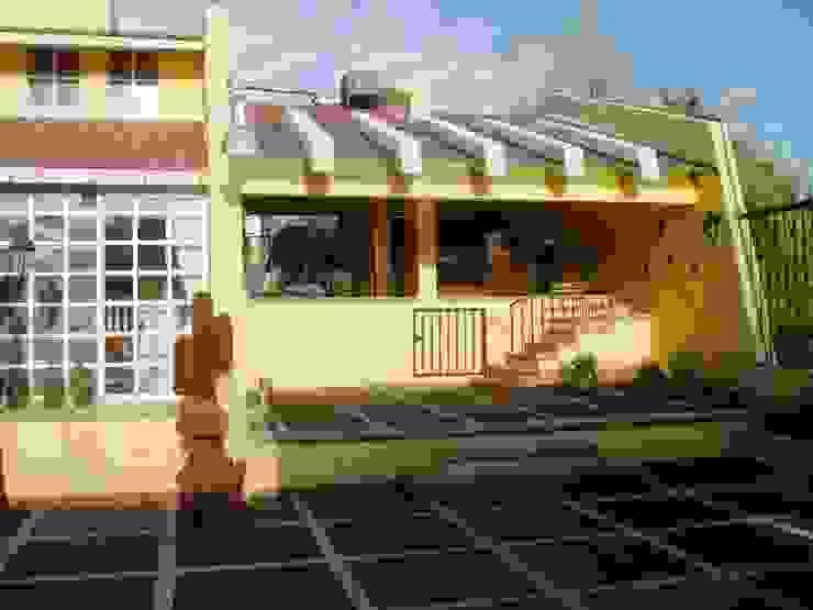 Terraza y garaje cubierto estado original de ARQUELIGE Rústico