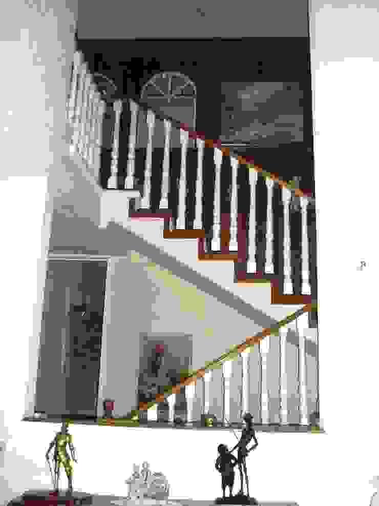 Escalera de acceso del vestíbulo a la estancia principal en su estado original de ARQUELIGE Rústico