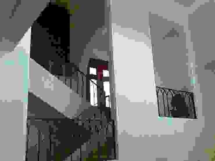 Escalera de acceso del vestíbulo a la estancia principal después de la remodelación de ARQUELIGE Rústico