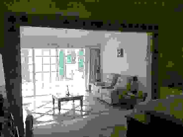 Suite / Recamara principal y sala de estar después de la remodelación de ARQUELIGE Rústico