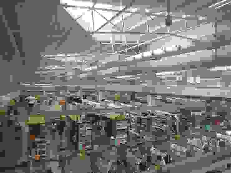 Vista parcial do hipermercado. Lojas & Imóveis comerciais modernos por Douglas Piccolo Arquitetura e Planejamento Visual LTDA. Moderno