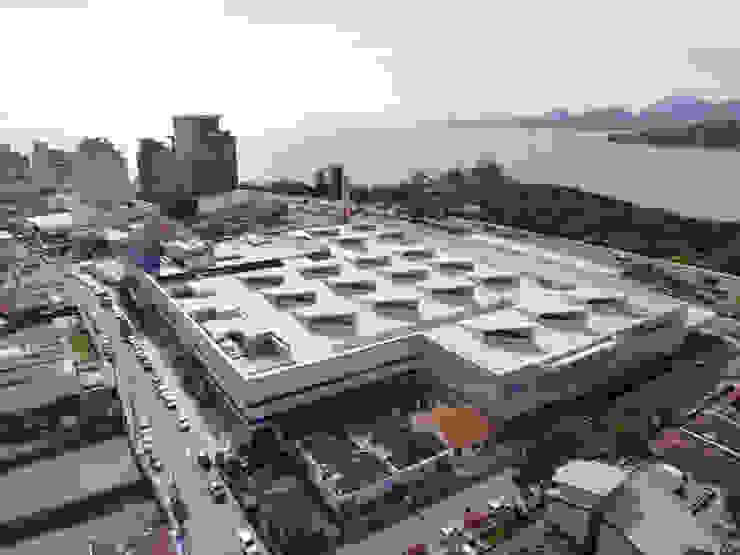 Vista parcial para Avenida Governador Irineu Bornhausem com vista para Ponta do Lessa. Lojas & Imóveis comerciais modernos por Douglas Piccolo Arquitetura e Planejamento Visual LTDA. Moderno
