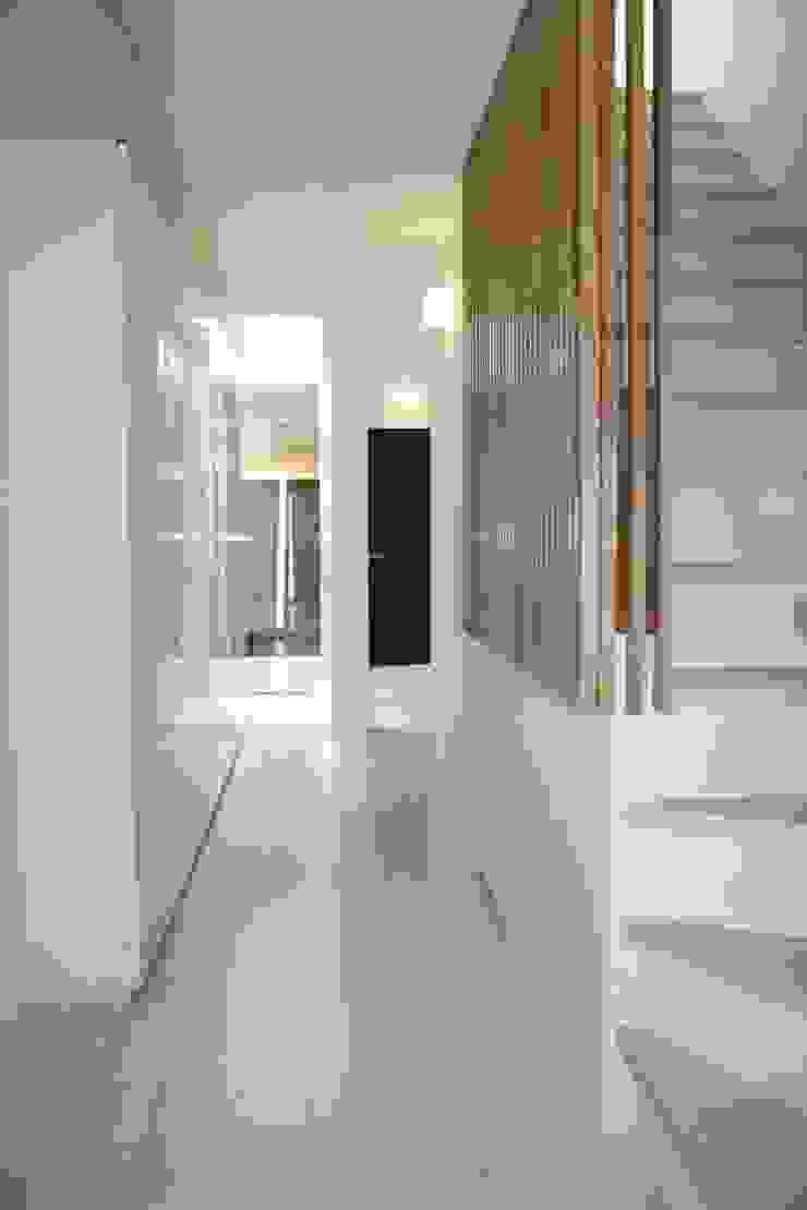 P and A モダンスタイルの 玄関&廊下&階段 の okada モダン