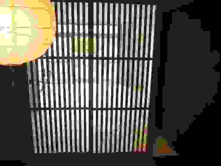 リフォーム後 格子戸: ディーズハウスが手掛けた現代のです。,モダン