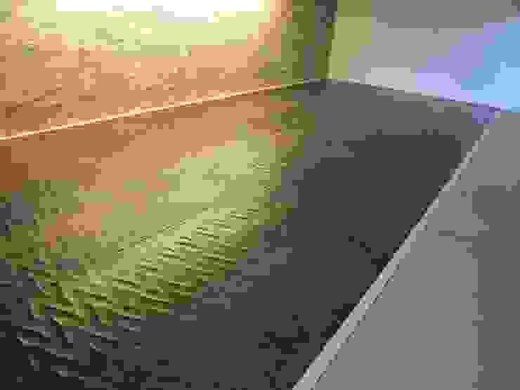 リフォーム後 ナグリ加工: ディーズハウスが手掛けた現代のです。,モダン
