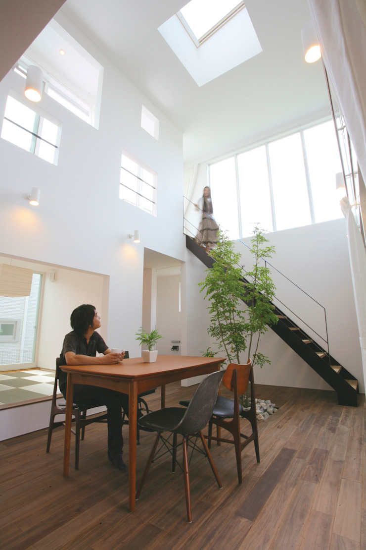 小上がりの和室にストリップ階段 モダンスタイルの 玄関&廊下&階段 の スターディ・スタイル一級建築士事務所 モダン