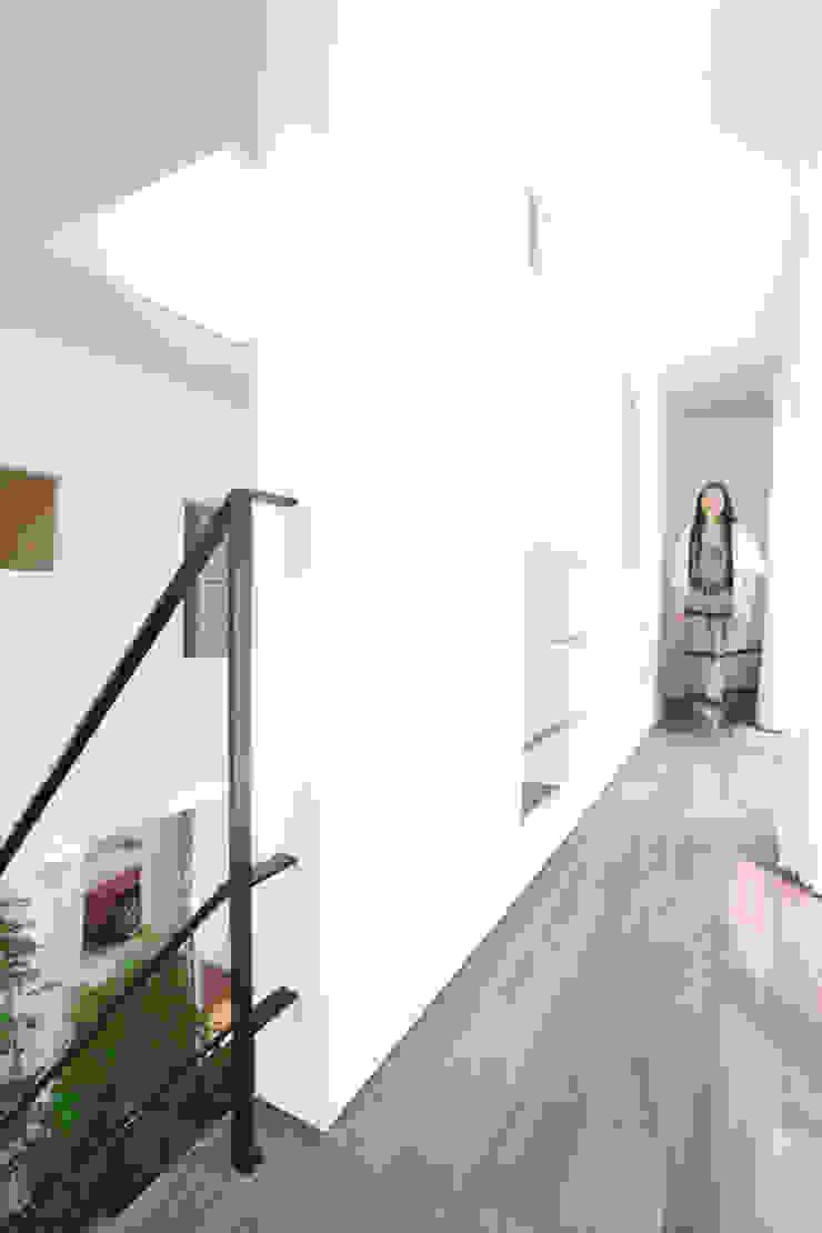吹抜けを囲う回廊 モダンスタイルの 玄関&廊下&階段 の スターディ・スタイル一級建築士事務所 モダン