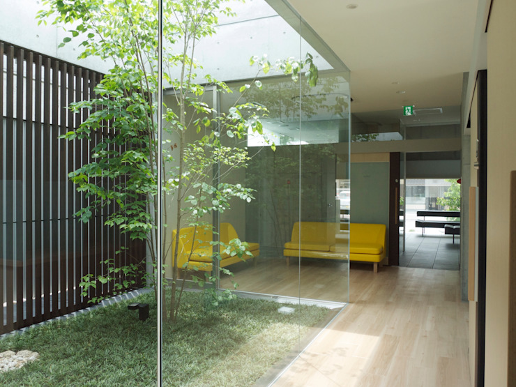 中庭1越しに中待合室を見る モダンスタイルの お風呂 の 古津真一 翔設計工房一級建築士事務所 モダン