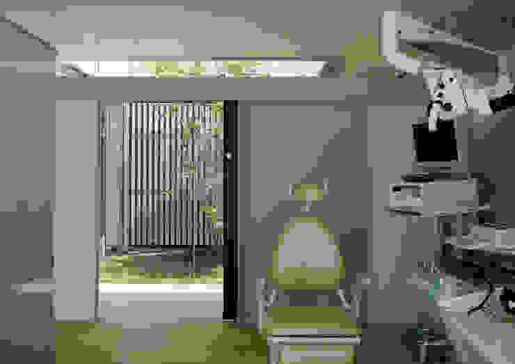 診察室1から中庭1を見る モダンデザインの 多目的室 の 古津真一 翔設計工房一級建築士事務所 モダン