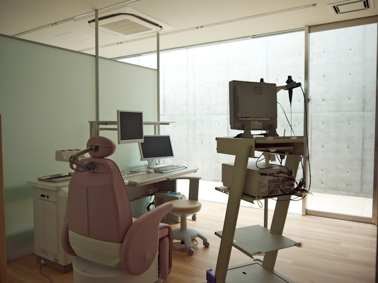 診察室2から中庭2方向を見る 北欧デザインの 多目的室 の 古津真一 翔設計工房一級建築士事務所 北欧