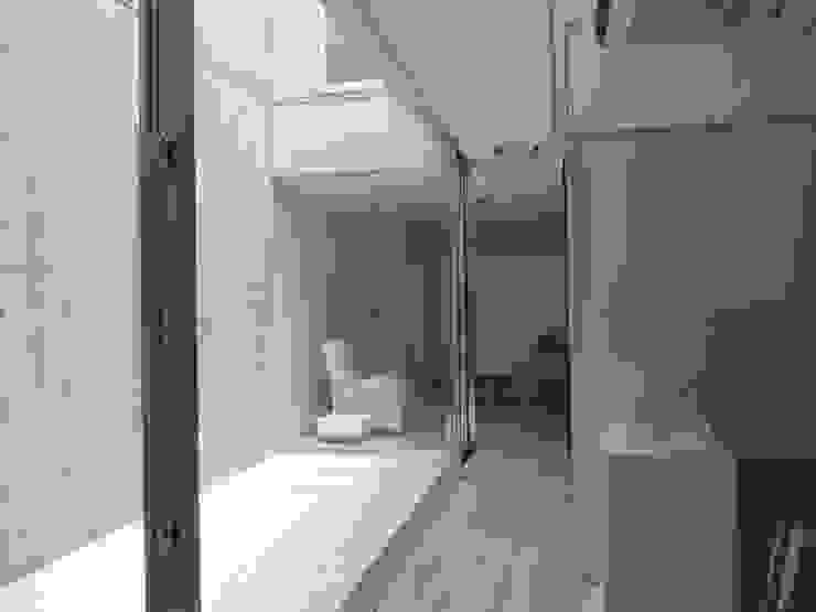 中庭2と処置室を見る モダンデザインの 多目的室 の 古津真一 翔設計工房一級建築士事務所 モダン